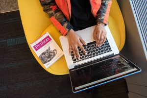 Leren programmeren in Python - meisje op laptop